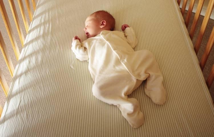 Если малыш спит с широко разведенными ножками, это уже профилактика дисплазии.