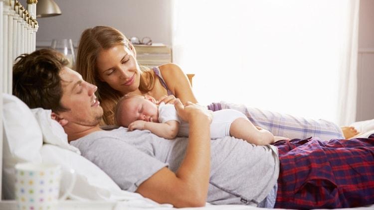 если вас выписали из роддома с ребенком с гипоксией, надо окружить малыша максимальной заботой, чтобы он как можно меньше напрягался и плакал.
