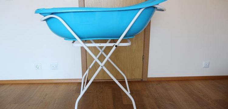 Такая подставка для детской ванночки поможет разгрузить спину взрослого, который купает малыша.