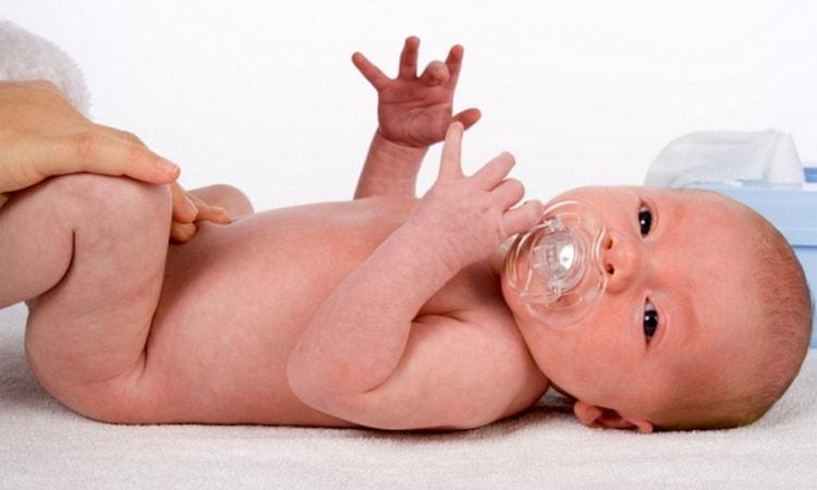 Купание младенца начинаем в воздушных ванн.