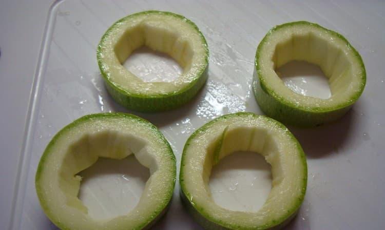 Если овощ уже большой, обязательно уберите из него семена перед тем, как готовить для малыша.