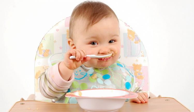 Читайте советы о том когда начинать прикорм ребенка на искусственном вскармливании