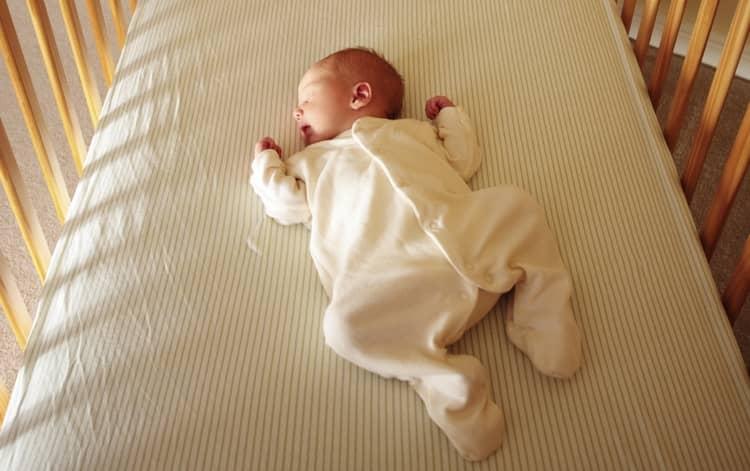В идеале новорожденный крошка должен спать на спине.