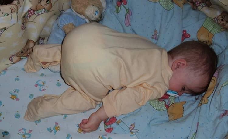 Можно распросить у врача о том, когда можно класть новорожденного на живот.