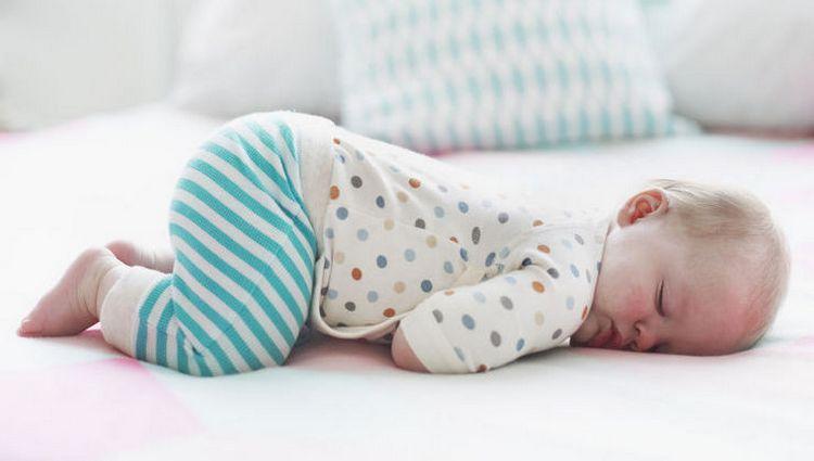 Очень важно знать, как правильно выкладывать новорожденного на животик.