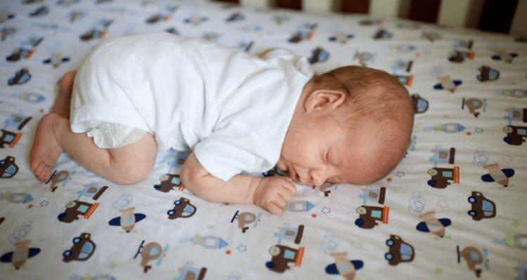 важно определиться с тем, когда новорожденного можно класть на животик на время сна.