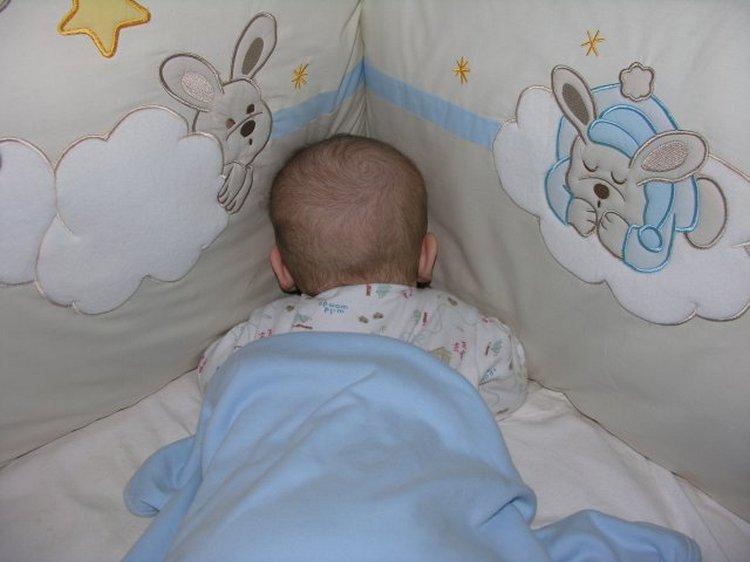 Вопрос о том, мжно ли грудничку спать на животе, волнует много родителей, ведь новорожденный кроха в такой позе действительно рискует задохнуться.
