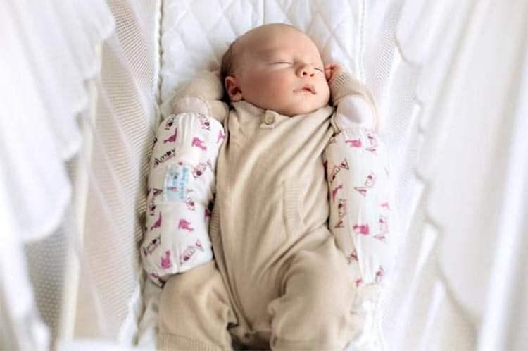При помощи позиционера малыша можно зафиксировать также в позе на спинке.