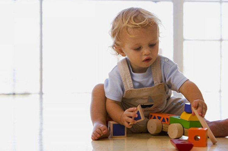 В этом возрасте малышам полезно играть с сортерами, складывать кубики.