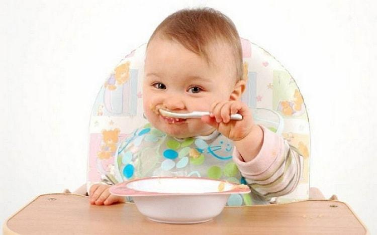 Многие малыши в этом возрасте уже стараются самостоятельно кушать.
