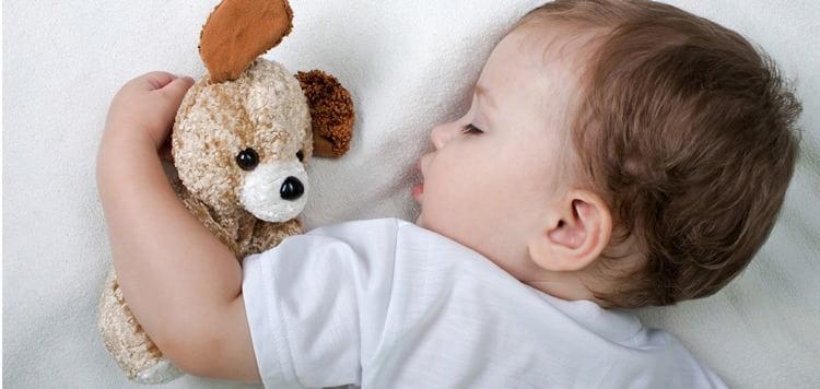 Узнайте, сколько ребенок должен спать в 11 месяцев.