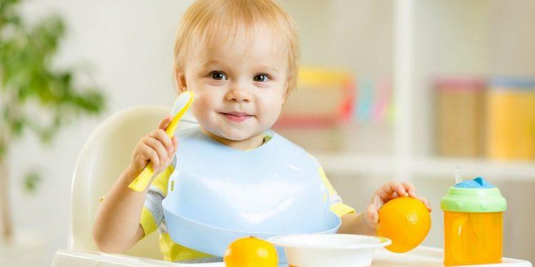 Узнайте, каким должно быть развитие и питание ребенка в 11 месяцев.