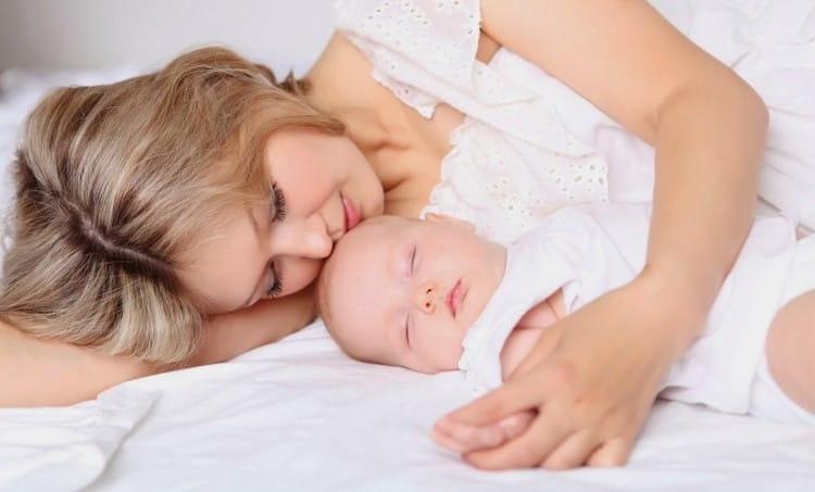 Чтобы меньше уставать, вы можете практиковать совместный сон с крошкой.