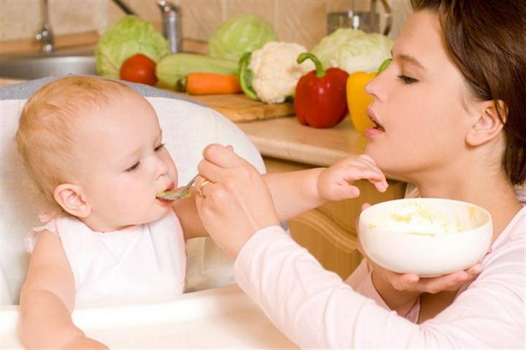 К 8 месяцам в рационе малыша уже может быть достаточно много продуктов.