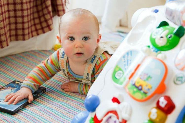 развивающие игры для детей в 8 месяцев должны быть легкими, но занимательными.