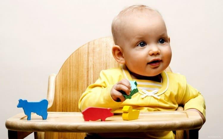 У малыша в 8 месяцев уже значительно лучше развита мелкая моторика.