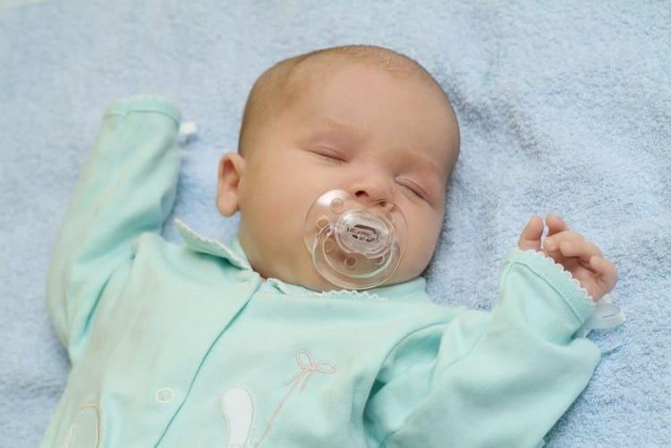 Сон новорожденного ребенка до 1 месяца занимает почти все сутки минут 4-5 часов.