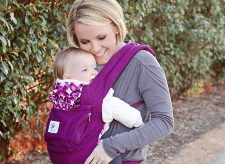 Многим родителям нравится использовать не коляску, а рюкзак-кенгуру.