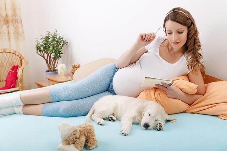 Сегодня многие все еще думают, можно ли заранее покупать вещи для новорожденного, но однозначно сделать список не помешает.