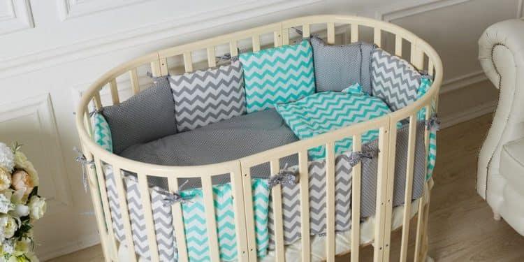 очень важно позаботиться о специальной защите на бортики кроватки.