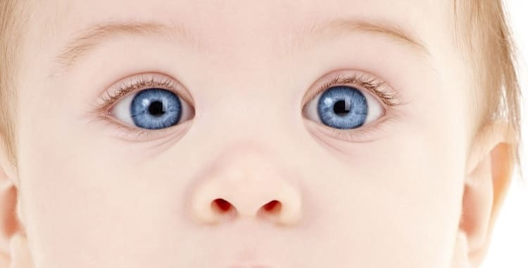 Почему гноится глаз у новорожденного