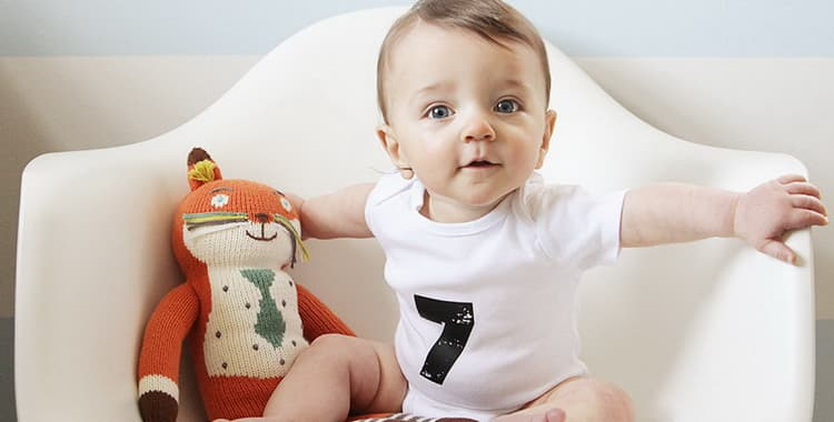 Развитие ребенка в 10 месяцев: что должен уметь