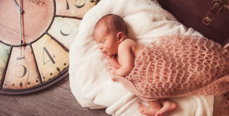 Как приучить новорожденного к режиму дня