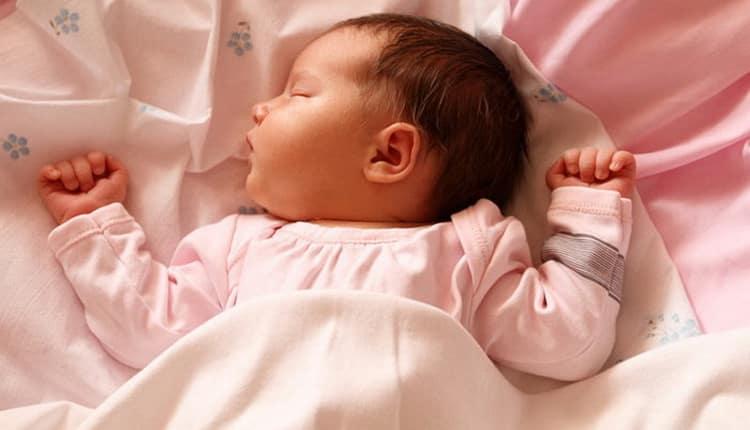 Узнайте сколько спят новорожденные в первый месяц жизни