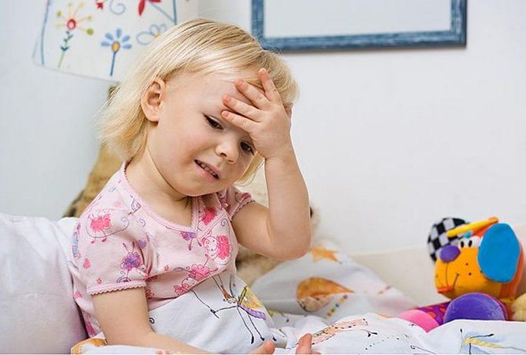 Из-за того, что ребенок не может нормально дышать с воспаленными аденоидами, его могут мучить головные боли.