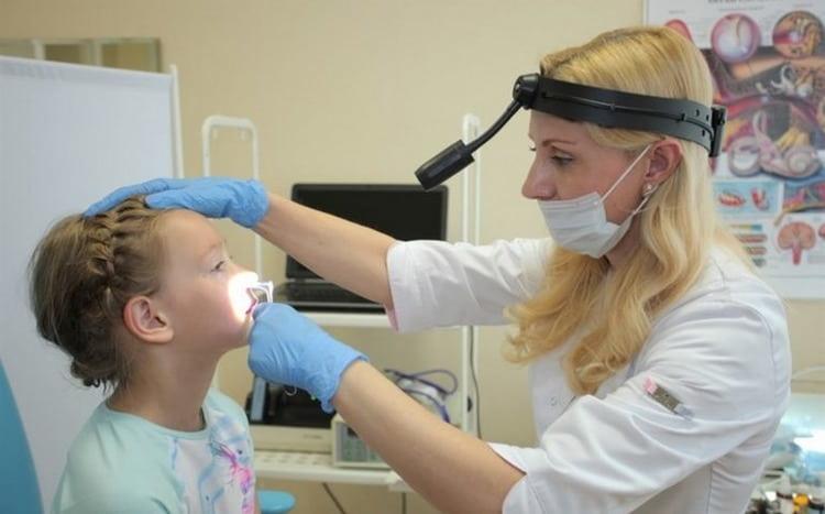 После осмотра врач может назначить закапывать масло туи в нос при аденоидах у детей.