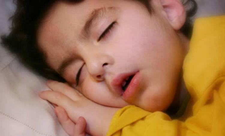 Одним из симптомов аденоидита у детей является постоянное дыхание через рот,, а также храп во время сна.