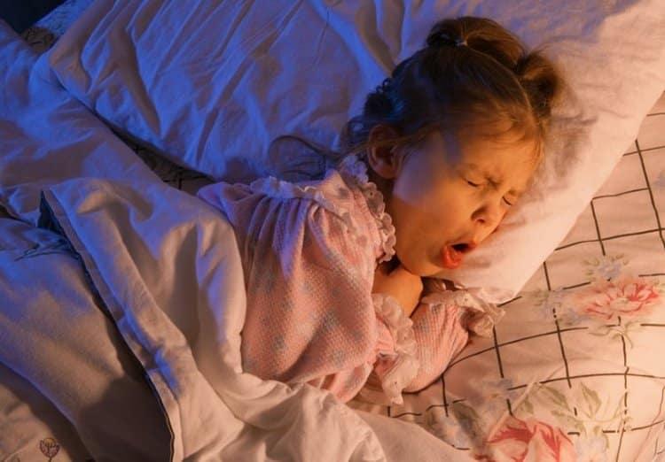 То, чем лечить аллергический кашель у ребенка, зависит от причин, его вызвавших,