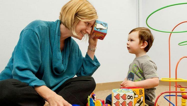Врач может провести тест на аутизм у детей 2 лет.