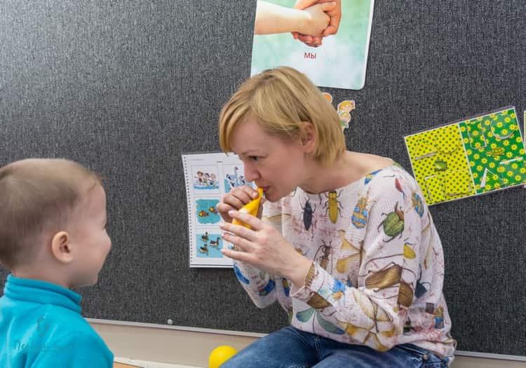 С детками-аутистами должен заниматься логопед-дефектолог.