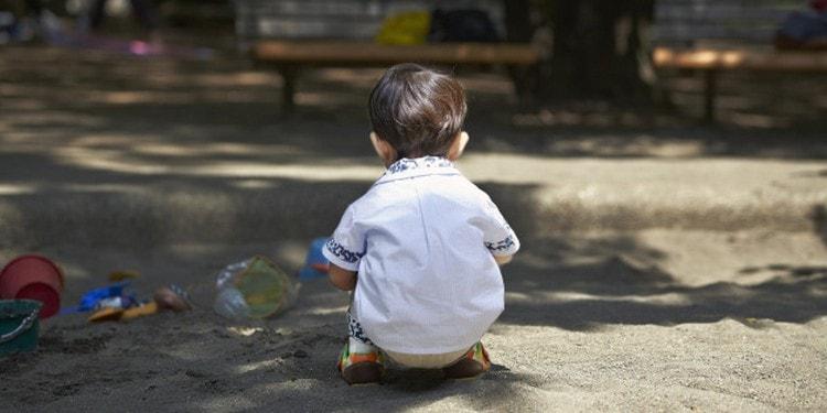 Одним из признаков аутизма у детей 2 лет является стремление в одиночеству и полное отсутствие социальной заинтересованности и взаимодействия.