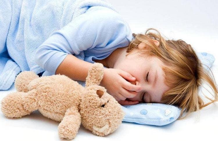 Самые распространенные признаки бронхита у детей это кашель, слабость.