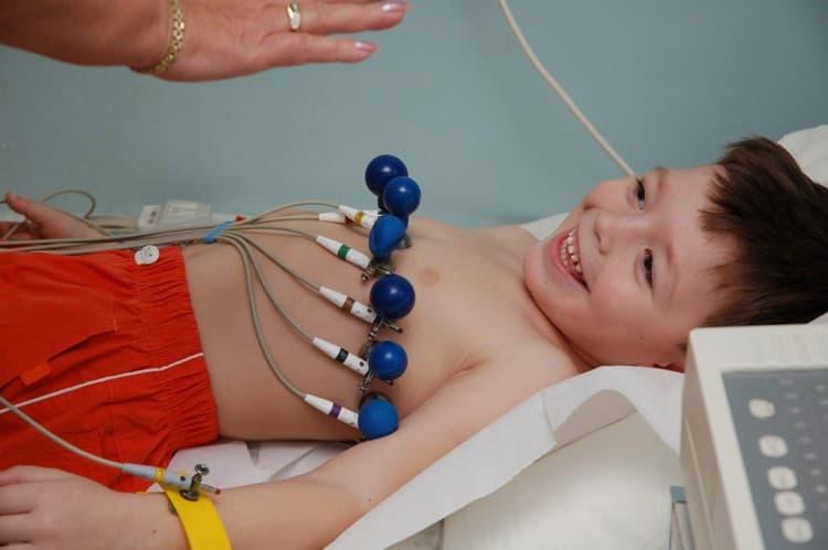 Часто при ангине или уже после нее врачи назначают ребенку кардиограмму, чтобы проверить, не дало ли заболевание осложнений на сердце.