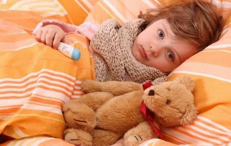Симптомами заболевания является высокая температура, ломота в теле, общая слабость.