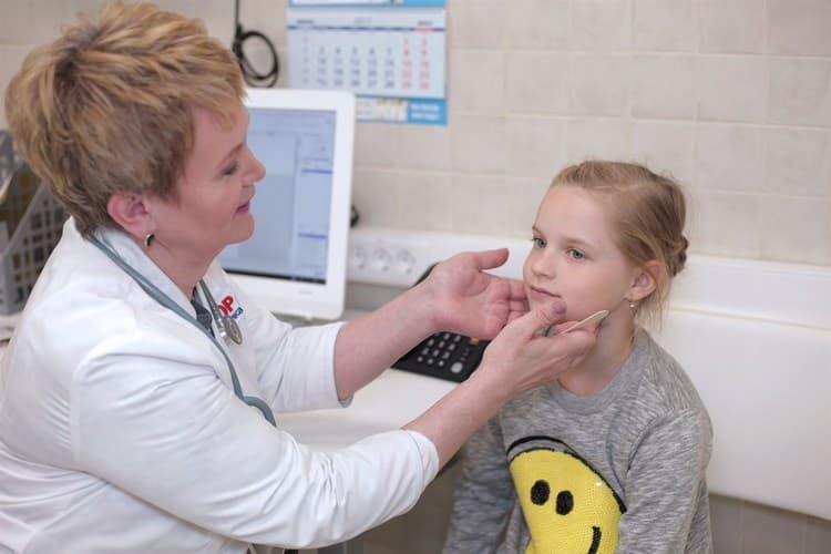 После осмотре врач определится с тем, как лечить фолликулярную ангину у ребенка.