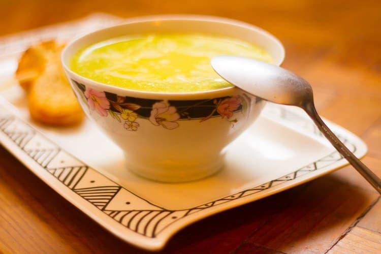 Очень важно подобрать щадящее питание для заболевшего ребенка, чтобы ему не было сложно глотать еду.