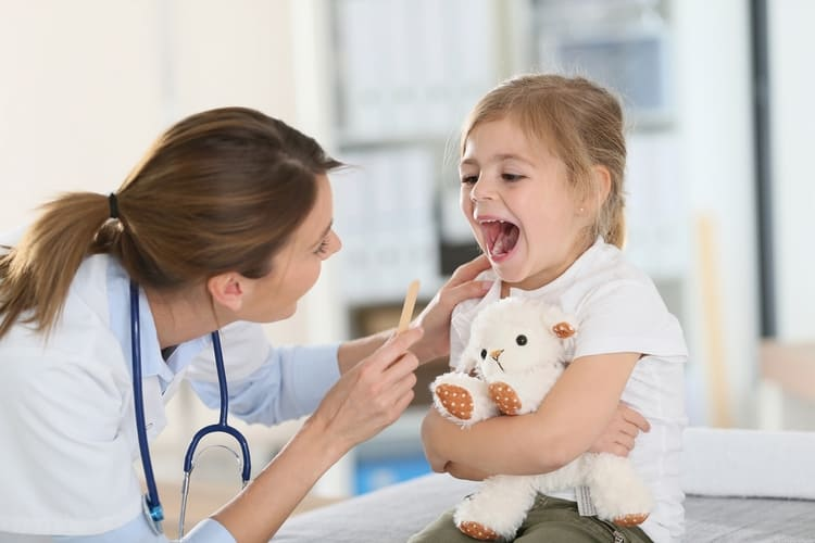 Чтобы поставить диагноз, врачу достаточно будет осмотреть горло ребенка.