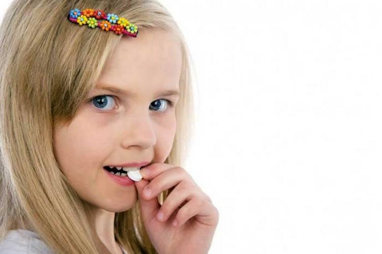 Важно укреплять иммунитет ребенка витаминами.