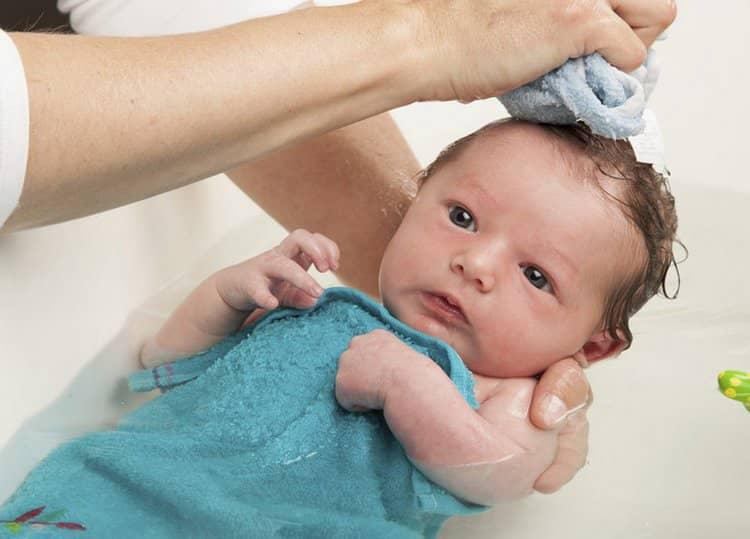 обязательно надо помыть и головку малыша.