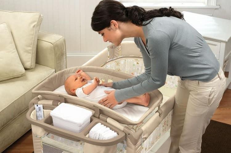 Теперь вы знаете все о том, как держать новорожденного ребенка и как правильно его укладывать.