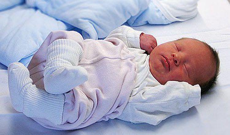 Важно уметь не только правильно поднимать малыша с горизонтальной поверхности, но и правильно его укладывать.