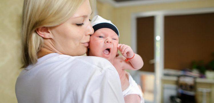 Посмотрите, как и сколько держать новорожденного столбиком после кормления.