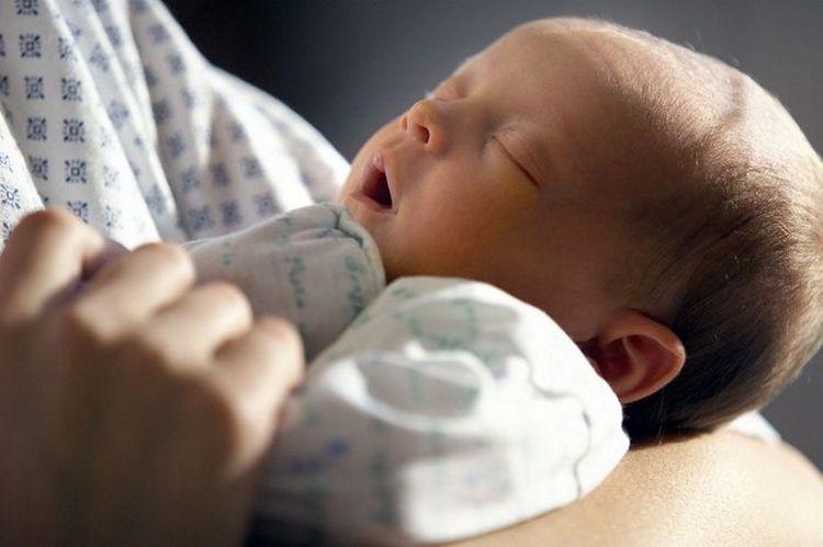 Насморк и кашель у грудничка без температуры могут наблюдаться и при прорезывании зубов, но если ваш малыш еще слишком маленький, возможно, он простудился.