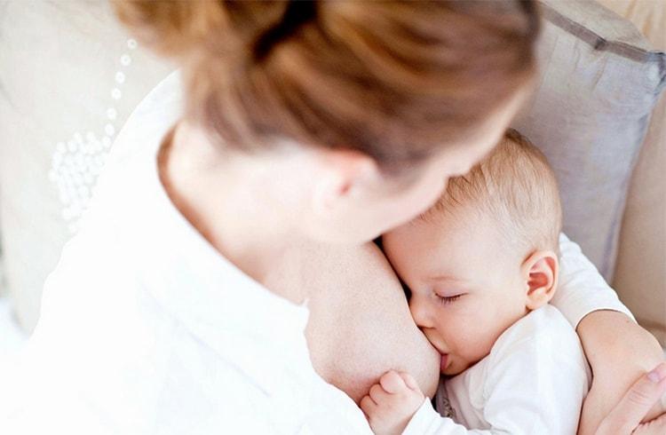 Если кашель появился при прорезывании зубов у грудничков, предлагайте ребенку чаще грудь, ведь это его успокоит и снимет неприятные симптомы.