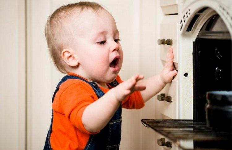 Когда малыш уже уверенно держится на ногах, родители должны позаботиться о том, чтобы он не обжегся, не всунул пальцы в розетку, не укололся.