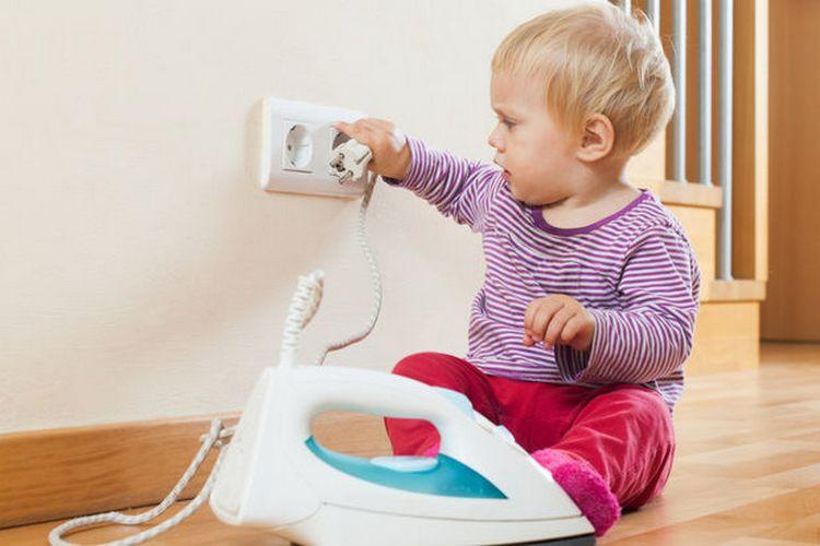 Кризис первого года жизни ребенка связан с тем, что у малыша теперь возникает желание делать все самостоятельно, пробовать то, что на самом деле нельзя.